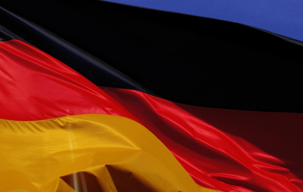flaga niemiec łąpocząca na wietrze